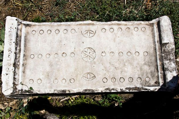 800px-Roman_Game_of_12_Lines_Board_-_Aphrodisias